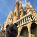 Вязание крючком Медведь Путешественник в Барселоне, Испания, собор Святого Семейства
