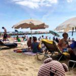 Crochet Bear Traveller, пляж в Барселоне
