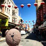 Вязание крючком медведя путешественника в китайском квартале