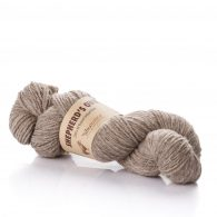 Fibranatura Shepherd's Own 40004 to naturalna, niebarwiona wełna owcza doskonałej jakości. Włókna są mięciutkie, nie odstające i ładnie skręcone.