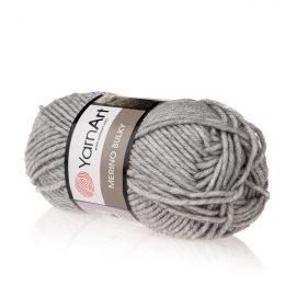 Yarn Art Merino Bulky 282 w kolorze szarym to akrylowo-wełniana włóczka idealna na zimowe akcesoria, takie jak szale czy czapki.