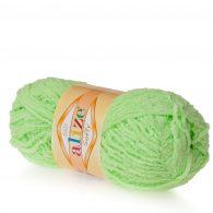 Alize Softy 41 pistacja mięciutka włochata włóczka idealna na maskotki, szale, poduchy i koce. Struktura trawki daje piękny fantazyjny efekt.