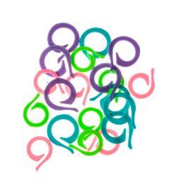 Znaczniki kolorowe plastikowe. W opakowaniu znajduje się 20 sztuk. Bardzo pomocne przy każdej technice dziergania do zaznaczania oczek.