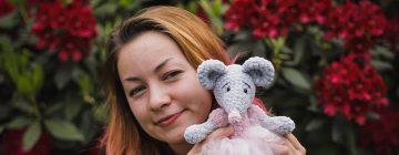 Mała Mysza Baletnica to szydełkowy wzór na zabawkę wykonaną w technice amigurumi. Gotowa zabawka wykonana z pluszowej włóczki Dolphin Baby ma ok. 30 cm.