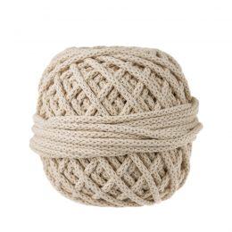 Sznurek bawełnianyBawełenka beżowa to 100% bawełny w postaci przędzonego sznura o średnicy 5mm. W zwiniętym w kulkę motku znajdziemy 50 m.
