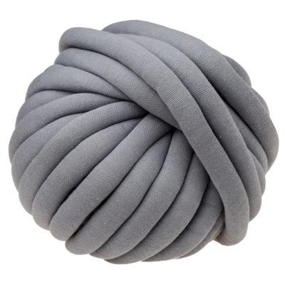 Włóczka Yarn Art Marshmallow 904posiada gęsty splot z przędzy bawełnianej usztywniony rdzeniem z poliamidu. Niebywale miękka, a jej grubość to aż 2,5cm!