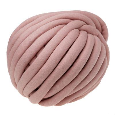 Włóczka Yarn Art Marshmallow 906posiada gęsty splot z przędzy bawełnianej usztywniony rdzeniem z poliamidu. Niebywale miękka, a jej grubość to aż 2,5cm!