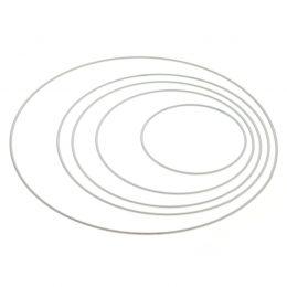 Obręcz metalowa 35cm do obrabiania w kolorze białym. Sprawdza się jako baza do łapaczy snów. Wielu rękodzielników usztywnia nią swoje kosze ze sznurka