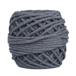 Sznurek bawełnianyBawełenka grafit 150 to 100% bawełny w postaci przędzonego sznura o średnicy 5mm. W zwiniętym w kulkę motku jest 50 m.