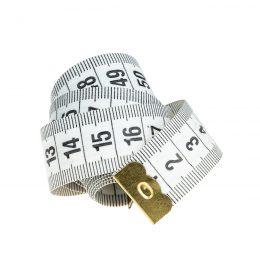 Metr krawiecki 150cm - krawiecka miara dwustronna z podziałką milimetrową. Pakowany w poręczne plastikowe pudełko. Kolor wysyłany losowo.