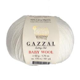 Włóczka Gazzal Baby Wool 801 w kolorze kremowym to mieszanka wełny merino, kaszmiru i akrylu. Idealna na ciepłe akcesoria dla dzieci.