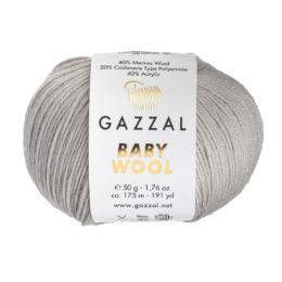 Włóczka Gazzal Baby Wool 817 w kolorze popielu to mieszanka wełny merino, kaszmiru i akrylu. Idealna na ciepłe akcesoria dla dzieci.