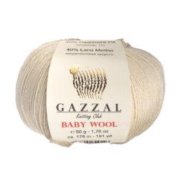 Włóczka Gazzal Baby Wool 829 w kolorze beżowym to mieszanka wełny merino, kaszmiru i akrylu. Idealna na ciepłe akcesoria dla dzieci.